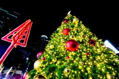 Осветите вверх рождественскую елку для того чтобы отпраздновать фестиваль рождества и Нового Года Стоковая Фотография RF