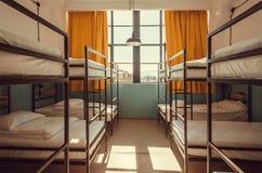 Осветите в окне спальни общежития с чистыми белыми двухъярусными кроватями для студентов и туристов стоковые фотографии rf
