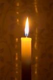 Осветите свечу в темноте Стоковое фото RF