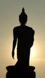 Осветите силуэт контржурным светом статуй Будды в виске  Стоковые Изображения RF