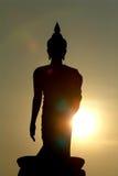 Осветите силуэт контржурным светом статуй Будды в виске  Стоковые Фотографии RF
