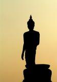 Осветите силуэт контржурным светом статуй Будды в виске  Стоковые Изображения