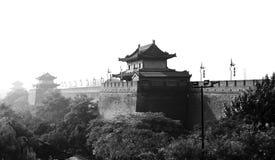 Освещать китайскую уникально башню контржурным светом строба города стоковое фото