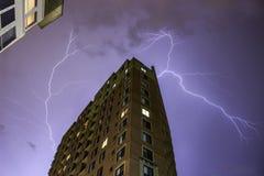 Освещать на идя дождь ноче Стоковые Изображения RF