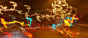 Освещать на ноче на дороге в городе - быстро пройдите концепция Стоковая Фотография