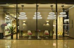 освещать окно магазина стоковое фото rf