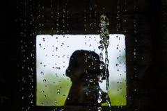 Освещать через отверстие и занавес воды стоковая фотография