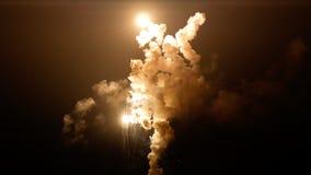 Освещение взрыва вверх по ночному небу со столбцом дыма стоковые изображения