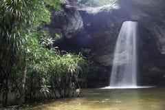 Освещение водопада в отверстии Стоковые Фото