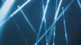 Освещение концерта против темного ilustration предпосылки Фара на этапе Свободный этап с светами, приборами освещения видеоматериал