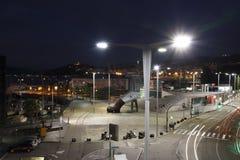 Освещение на ноче в гавани города Виго с автомобилями освещает в движении стоковые фотографии rf