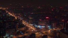 Освещение ночи шоссе транспортной развязки синь красит небоскребы заречья финансовохозяйственные Дорожное движение Пекин города С сток-видео