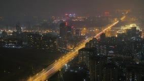 Освещение ночи шоссе транспортной развязки синь красит небоскребы заречья финансовохозяйственные Дорожное движение Пекин города С видеоматериал