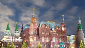 Освещение праздников Нового Года рождества и надпись музея положения историческая в русском на ноче, около Кремля в Mos видеоматериал
