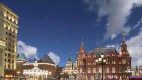 Освещение праздников Нового Года рождества и надпись музея положения историческая в русском на ноче, около Кремля в Mos сток-видео