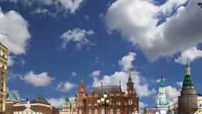 Освещение праздников Нового Года рождества и надпись музея положения историческая в русском на ноче, около Кремля в Mos акции видеоматериалы