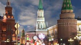 Освещение праздников Нового Года рождества на улице около Москвы Кремля на ноче, России видеоматериал