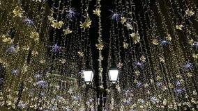 Освещение праздников Нового Года рождества на улице Nikolskaya около Москвы Кремля на ноче, России акции видеоматериалы