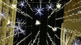 Освещение праздников Нового Года рождества на улице Nikolskaya около Москвы Кремля на ноче, России видеоматериал