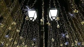 Освещение праздников Нового Года рождества на улице Nikolskaya около Москвы Кремля на ноче, России сток-видео