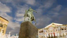 Освещение праздников рождества и Нового Года в центре города Москвы на Tverskaya придает квадратную форму на ноче Памятник Yury D акции видеоматериалы