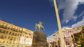 Освещение праздников рождества и Нового Года в центре города Москвы на Tverskaya придает квадратную форму на ноче Памятник Yury D видеоматериал