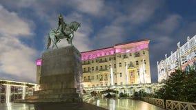Освещение праздников рождества и Нового Года в центре города Москвы на Tverskaya придает квадратную форму на ноче Памятник Yury D сток-видео