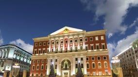 Освещение праздников рождества и Нового Года в центре города Москвы и здании правительства на улице на ноче, России Tverskaya сток-видео
