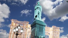 Освещение праздников рождества и Нового Года в центре города Pushkin Москвы придает квадратную форму на ноче, России видеоматериал