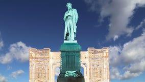 Освещение праздников рождества и Нового Года в центре города Pushkin Москвы придает квадратную форму на ноче, России сток-видео