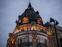 Освещенная башня на BHV/Marais на ноче, Париж, Франция стоковое фото rf