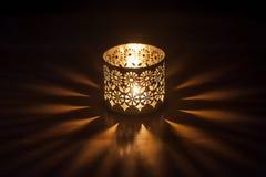 Освещенная свеча в подсвечнике стоковая фотография