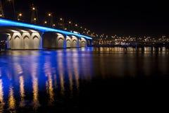 Освещенная синь моста залива дела Стоковая Фотография