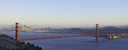 освещенное золотистое строба моста Стоковые Фото