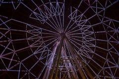 Освещенное Ferris катит внутри взгляд вечера парка стоковая фотография rf