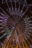 Освещенное Ferris катит внутри взгляд ночи парка стоковая фотография