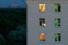 освещенные окна ночи Стоковые Фотографии RF