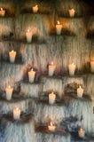 Освещенные свечи на шагах, духовное и мемориале освещают deco Стоковые Фотографии RF