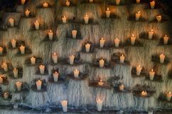 Освещенные свечи на шагах, духовное и мемориале освещают deco Стоковые Фото
