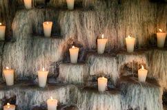 Освещенные свечи на шагах, духовное и мемориале освещают deco Стоковая Фотография RF