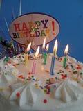освещенные свечки именниного пирога Стоковые Фотографии RF
