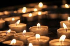 освещенные свечки стоковые фотографии rf