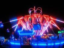Освещенный отбрасывая Carousel в вечере Стоковые Фото