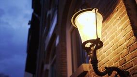 Освещенный фонарик на стене сток-видео