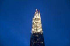Освещенный шпиль черепка в Лондоне стоковые изображения