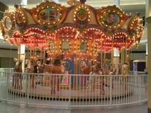 Освещенный Carousel лошади в моле Стоковые Изображения