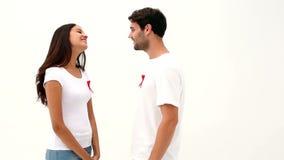 Осведомленность помощи привлекательных молодых пар поддерживая сток-видео