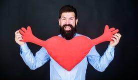 освободите hugs Сердце объятия хипстера человека бородатое Отпразднуйте день валентинок Гай с бородой и усиком в настроении любов стоковые изображения