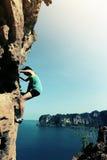 Освободите сольный взбираться альпиниста утеса женщины Стоковое Изображение RF