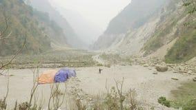 Осел ест между горами в Непале Трек цепи Manaslu акции видеоматериалы